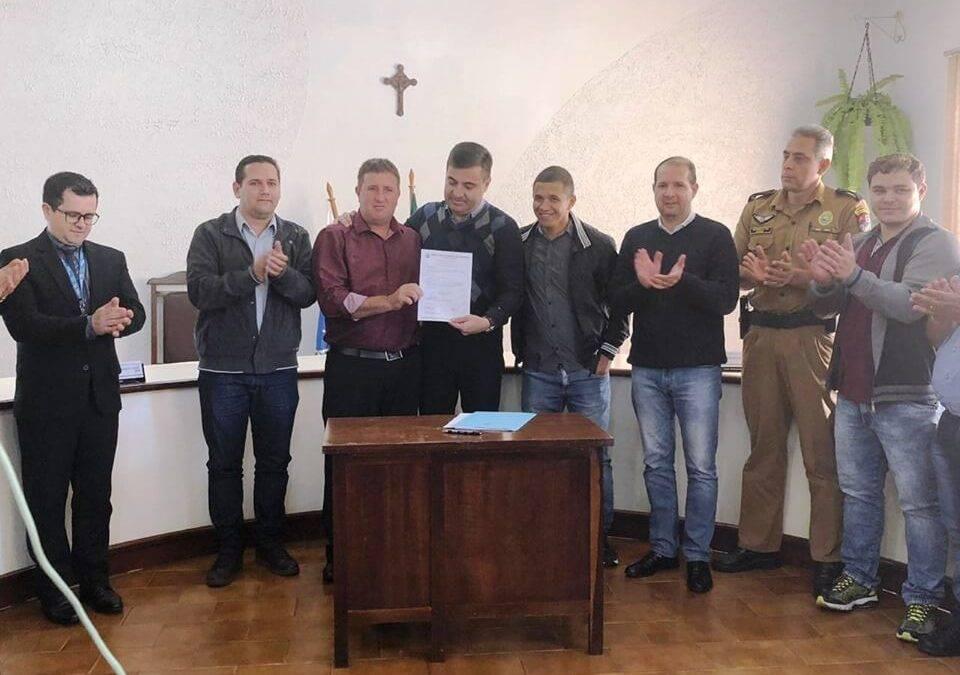 Prefeito Junior Weiller assina autorização para o início das obras para Asfalto Jesuítas a Carajá.